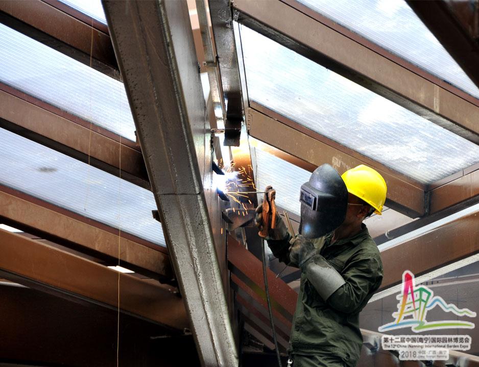 4工人在焊接屋顶的钢构件